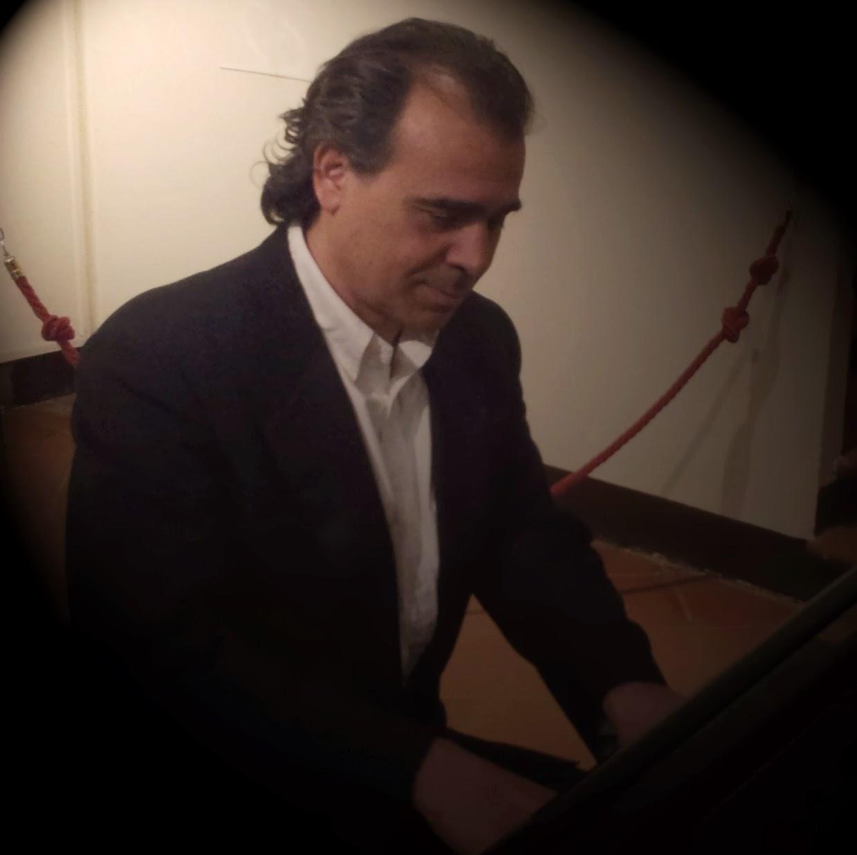 Enrico Fabio Cortese al pianoforte...