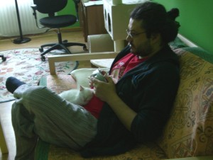 Stefano mentre gioca a Zelda Wind Waker su gamecube (con un controller Wavebird di cui mi vanto molto) ed i miei due gattini piccolissimi addosso.