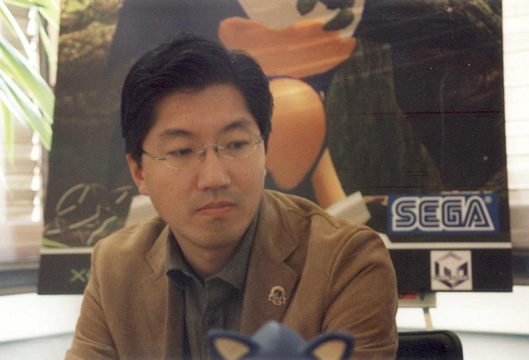 Yuji Naka visibilmente incazzato. A un certo punto Sega ci invita a intervistare Yuji Naka per non so quale più Sonic (non importa, non me ne è mai piaciuto uno, ma forse era Phantasy Star Online, in ogni caso non mi piaceva nemmeno quello). Il gioco non interessava né a me né al Mao (che era con me per l'intervista) e abbiamo cominciato a tempestarlo di domande di varia natura. La settimana prima un dirigente di Microsoft ci aveva detto in via ufficiosa al lancio dell'Xbox (il primo) che Naka stava lavorando al seguito di Nights. Abbiamo chiesto conferma e il caro Yuji ha fatto questa faccia, chiudendosi definitivamente nel mutismo. Grazie mille Yuji! Nota: in questa foto non ci sono io, non ci sono i miei colleghi, non c'è l'ufficio. Ma è un episodio a cui sono molto affezionato e poi almeno in questa foto c'è una persona che qualcuno può riconoscere.