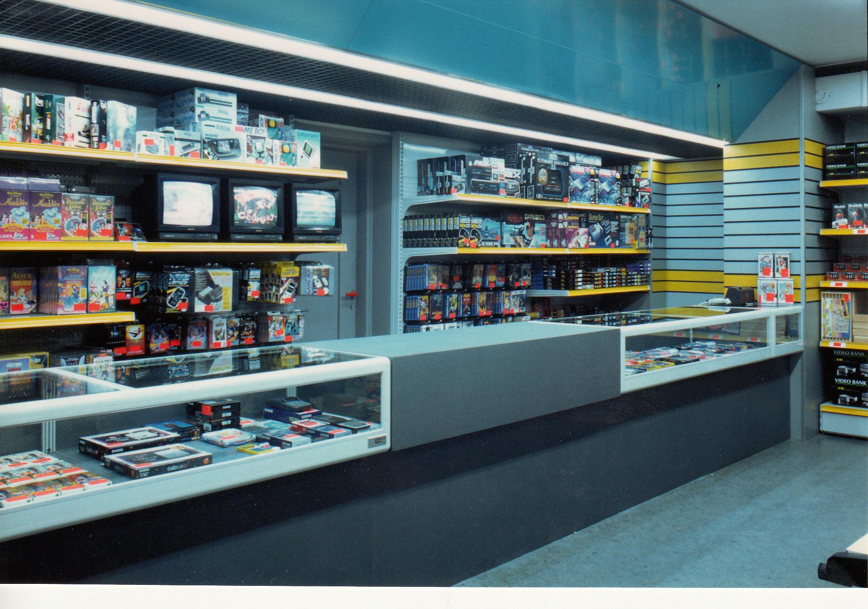 Il reparto elettronico del negozio di Via Romolo a Milano. La mia avventura da videogiocatore è nata qui...