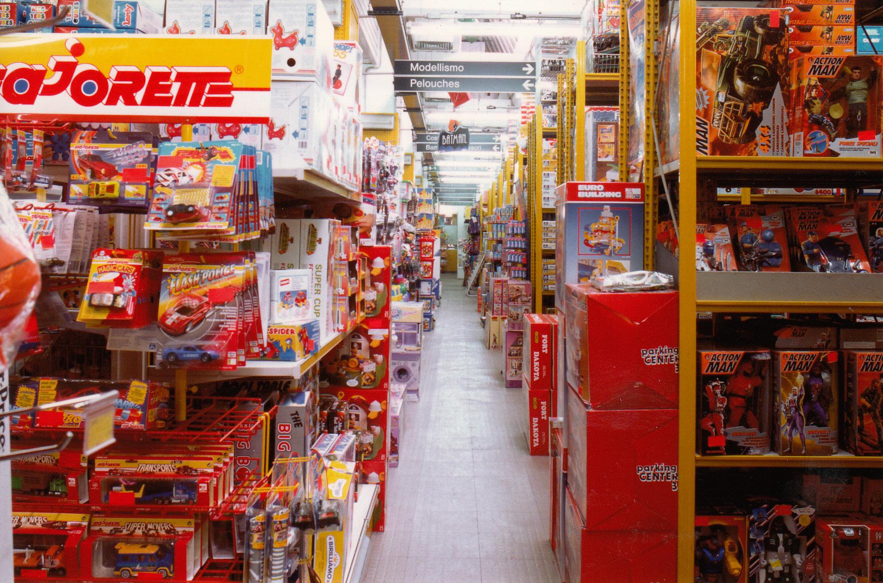 I lunghissimi corridoi colmi di giocattoli... Caratteristica peculiare dei negozi Grazzini!