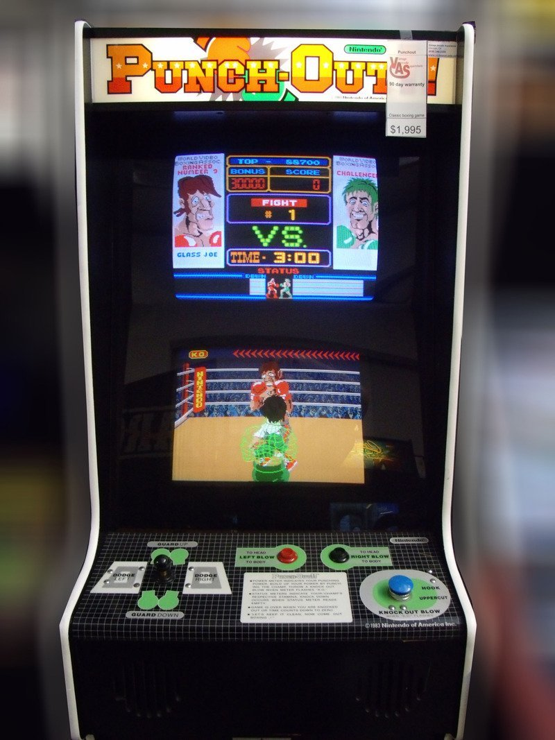 Il cabinato a due monitor di Punch Out!!