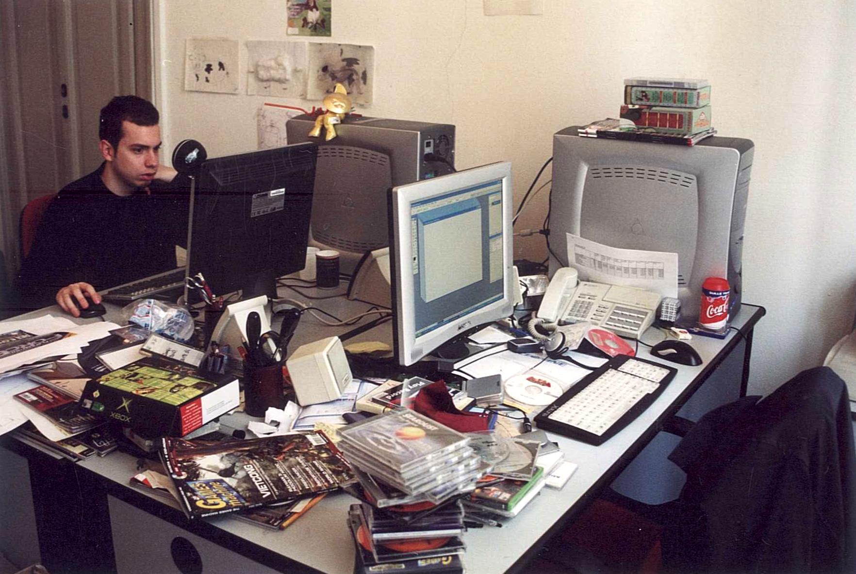"""La mia scrivania in Via Carducci, senza di me, del resto la foto l'ho fatta io. """"Qui nasce la magia"""",  anche se trovarla in mezzo a tutto quel casino è sempre stata un'impresa. Di fronte ovviamente c'è ancora Mirko che alla terza foto ha un po' rotto le palle."""